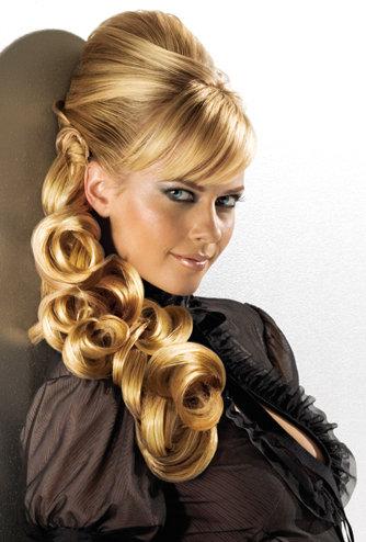 Účes z blond vlasů